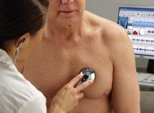 Слушать пациента стетоскопом