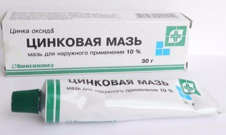 В состав Цинковой мази входит оксид цинка и парафин.