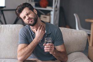 Как и чем полоскать горло при гнойной ангине? Выбираем лучшее средство для лечения