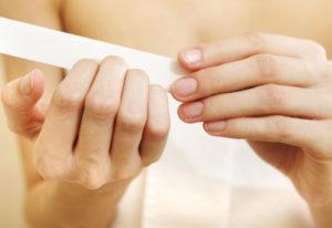 Перед обработкой антигрибковым препаратом ногти нужно обработать пилочкой