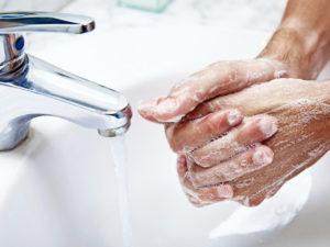 Перед любым контактом с ребенком желательно мыть руки с мылом