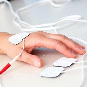 Неотложная помощь и способы терапии при ушибе пальцев на руке