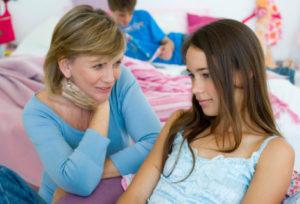 При выявлении первых симптомов молочницы нужно обязательно сообщить родителям