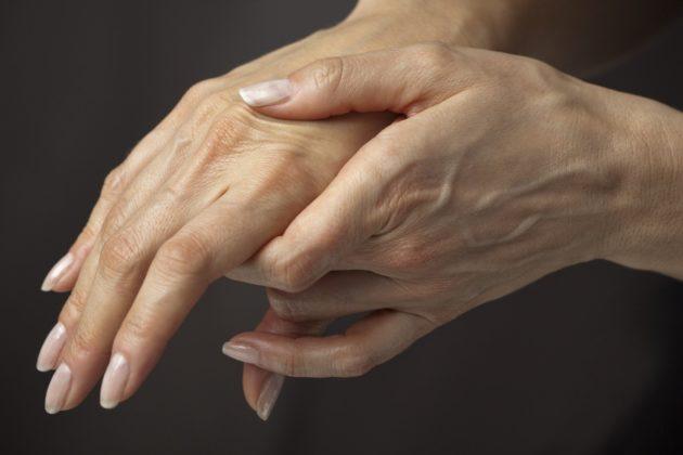 Зуд между пальцами рук: причины
